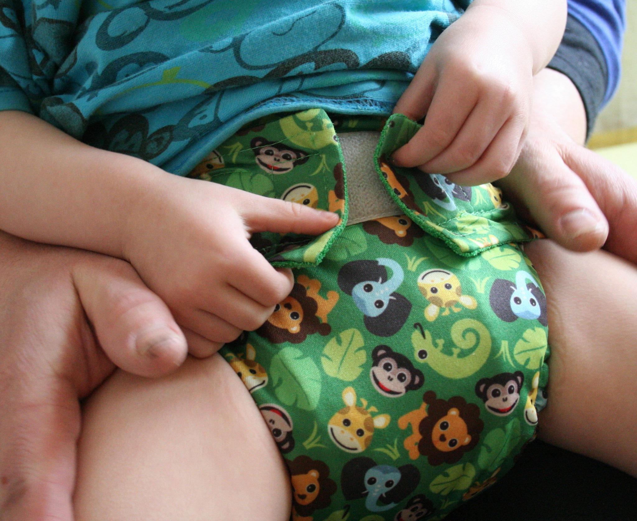 Taskuvaipan pukeminen istuvalle lapselle 4