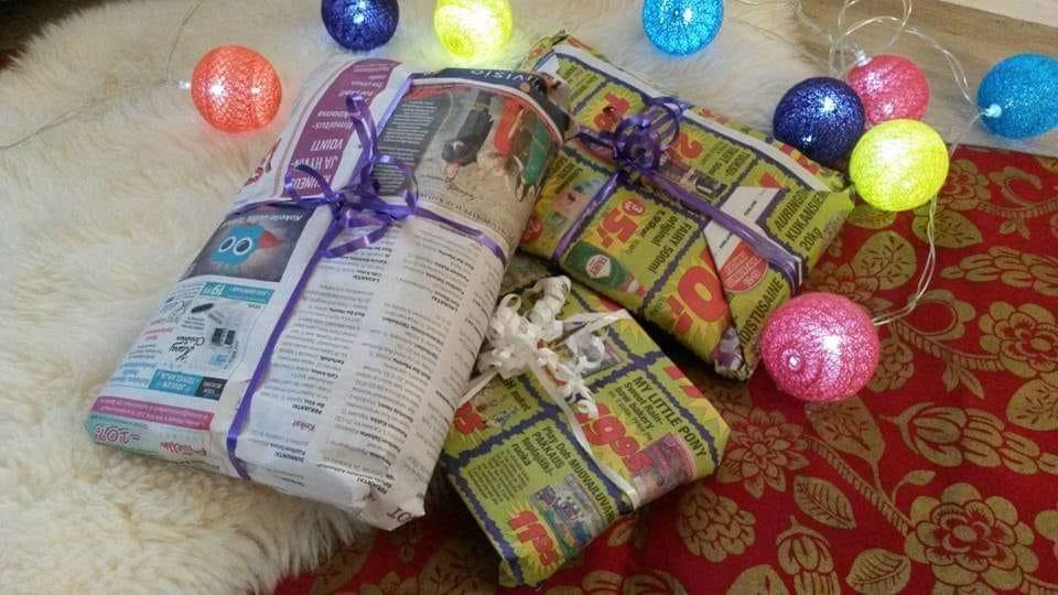 """Joululahjojen ekologinen paketointi: Kolme sanomalehteen käärittyä pakettia, joista yhdessä lukee teksti """"My Little Pony""""."""