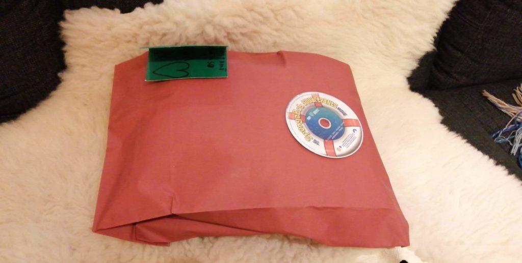 Joululahjojen ekologinen paketointi: Lahjapussi on kierrätetty postipaketiksi. Kuva pussin etupuolelta.