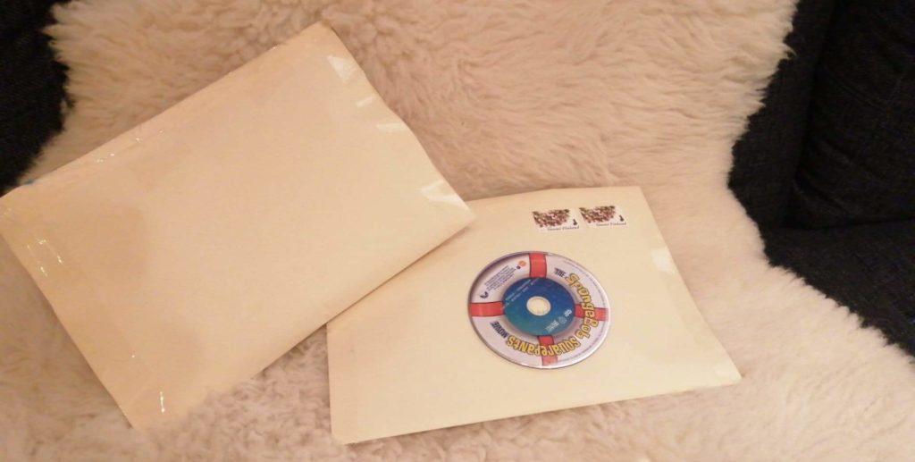 Joululahjojen ekologinen paketointi: Kaksi lahjapusseista askarreltua kirjekuorta.